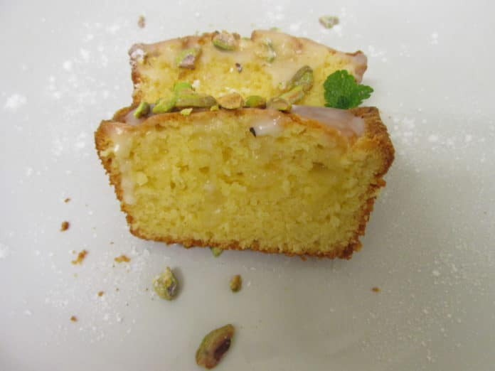 Zitrone Mascarpone Kuchen Mit Topping Aus Sussem Puderzucker Und