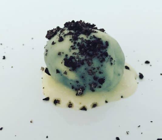 Oreo Pralinen sind schnell und einfach gemacht. Basis bilden die Oreo Kekse, die viele Liebhaber haben. Daher sind die Pralinen eine Abwandlung von diesen.