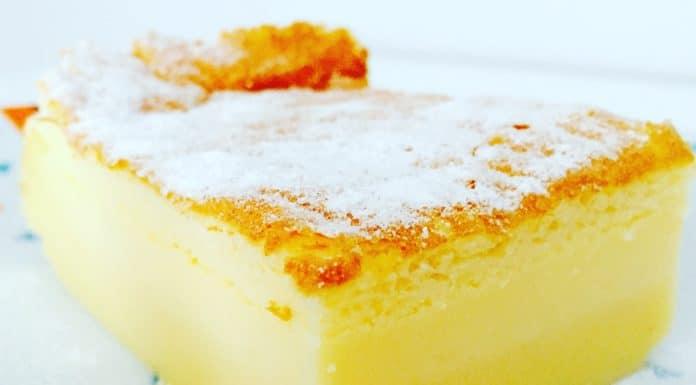 Vanillepuddingkuchen ist ein Kuchen, welcher beim backen mehrere Schichten entwickelt. u.a. eine die wie Vanillepudding schmeckt.