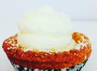 Weiße Schokoladen Cupcakes mit Red Velvet Teig und einer Mascarpone Buttercreme Füllung ist geschmacklich unübertreffbar und eine Sünde wert.