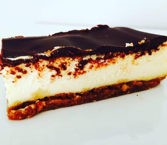 Cheesecake Happen mit Zimtsternboden sind nicht nur im Winter ein absoluter Hit. Auch im Frühjahr lassen sich diese kleinen Dinger schnell verputzen.