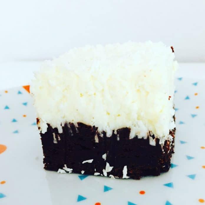 Brownie mit Kokoshaube ist eine Kombination aus klassischem Brownie und einem Topping welches nach Sonne, Sand und Südsee schmeckt.