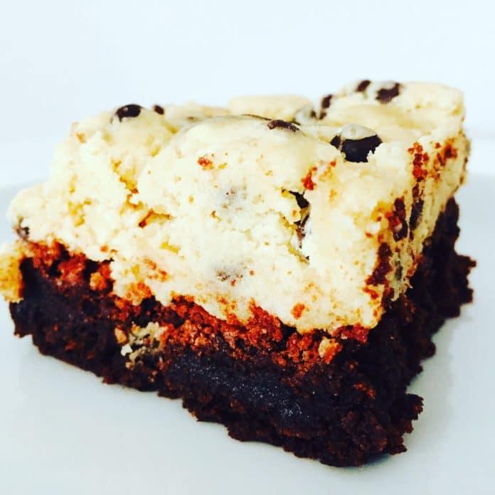 Brownie mit Cookie Dough Topping ist eine pure Sünde. Schokolade und Keksteig ist eine Kombination die süchtig macht und nach mehr verlangt.