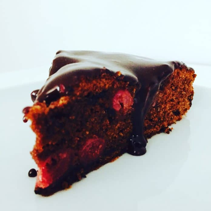 Schokoladenkuchen Mit Kirschen Und Schokoglasurtopping Lovelyliciousme