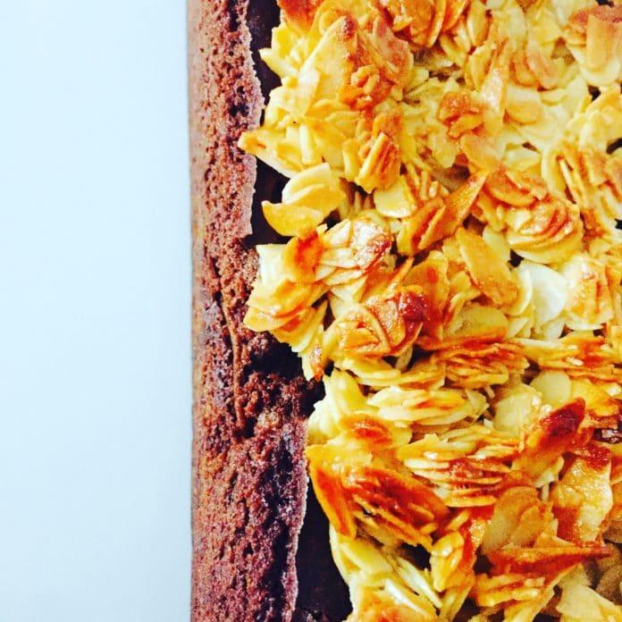 Schokoladenkuchen mit Florentiner Topping ist nicht nur für Naschkatzen etwas, sondern für jeden der Schokolade und Mandeln liebt.
