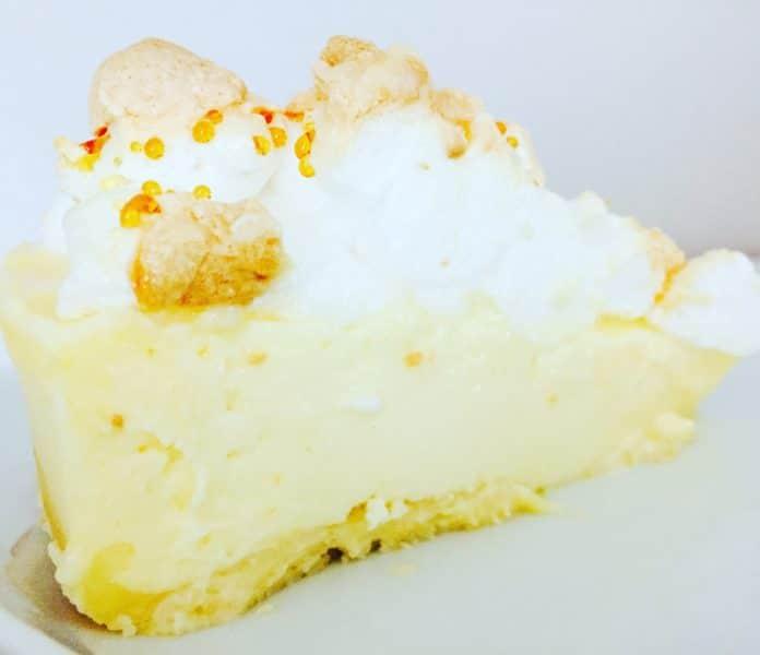 Käsekuchen mit Baiserhaube ist ein absoluter Hingucker auf jeder Kaffeetafel. Den auf dem Baiser bilden sich kleine Tränen die der Wahnsinn sind.