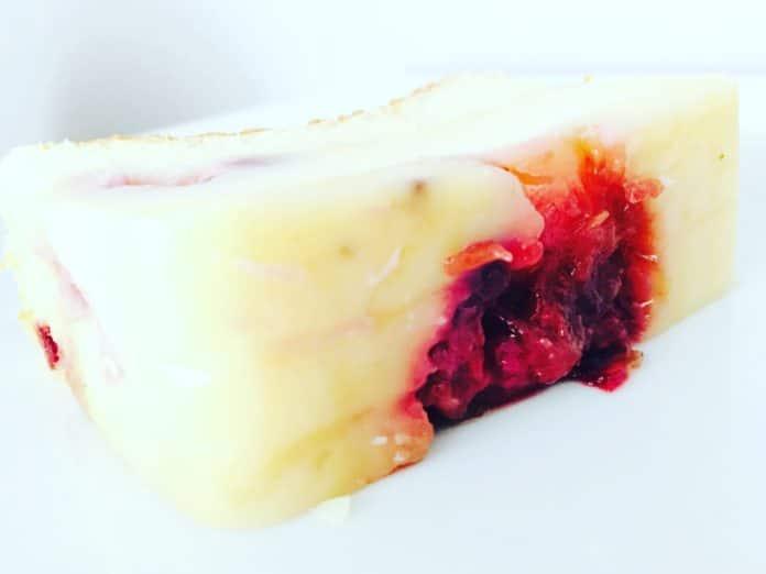Hokuspokus Kuchen ist ein Kuchen, bei dem sich der Teig im Backvorgang in unterschiedliche Ebenen zerteilt. Puddingartig und cremig zart!