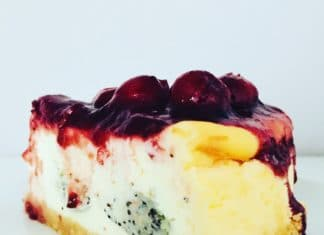 Käsekuchen mit Mohn Cookie Dough und Kirschgrütze ist der Gaumenschmaus schlechthin. Eine Kombination aus salzig, süß, neutral und frucht.