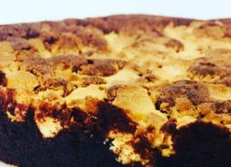 Brownie mit weißer Schokolade ist schnell gemacht und durch den Crunch der Schokostücke ein kleines Highlight. Zart schmelzende Schokolade trifft auf Knack!