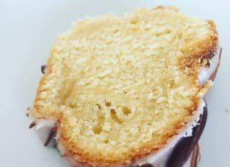 Zitronen Buttermilch Gugelhupf ist ein lockerer leichter sommerlicher Kuchen, der einfach nach Urlaub schmeckt. Zitronig fluffig, was das Herz begehrt.