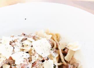 Spaghetti mit Walnusssoße ist ein sommerliches Gericht, da es mit einem Hauch Zitrone verfeinert wird.