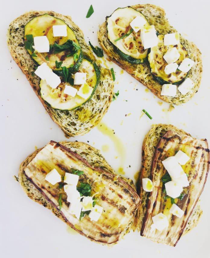 Bärlauchbrotschiffchen sind eine gepimpte Variante der altbekannten Bruscetta. Das besondere ist das Brot mit dem Grillgemüse.