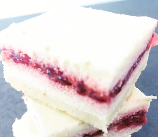 Cheesecake Happen sind ein kleine Sünde. Knackiger Mürbeteig, mit einer zwartschmelzenden Käsecreme und süßer Erdbeermarmelade. Warm oder kalt?!