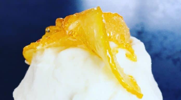 Zitronen Muffins mit einer Frischkäsecreme und als extra Topping Zitronenstreifen im eigenen Saft gegart