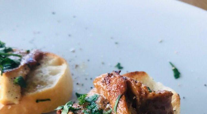 Baguettescheiben mit Pifferlingen ist ein wunderbares Gericht für die Pilzzeit. Vor allem frische Pfifferlinge lassen sich dafür hervorragend nutzen