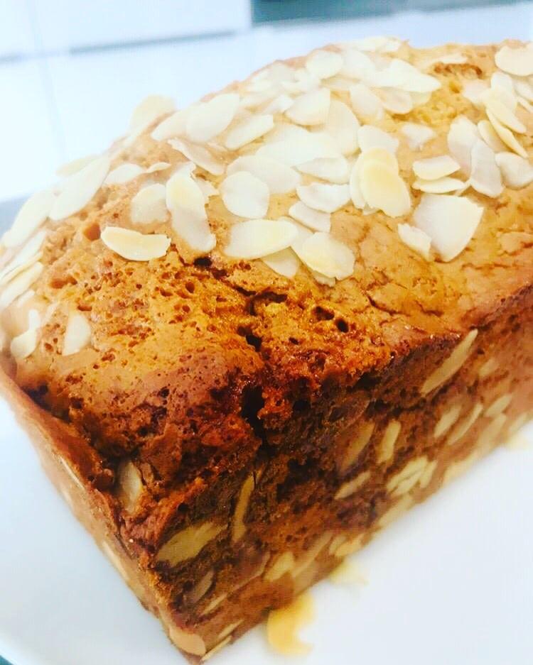 Honigbrot ist eine Kombination aus Brot und Kuchen. Sehr gehaltvoll im Geruch und Geschmack. Erinnert ein wenig an Weihnachten durch die vielen Gewürze.