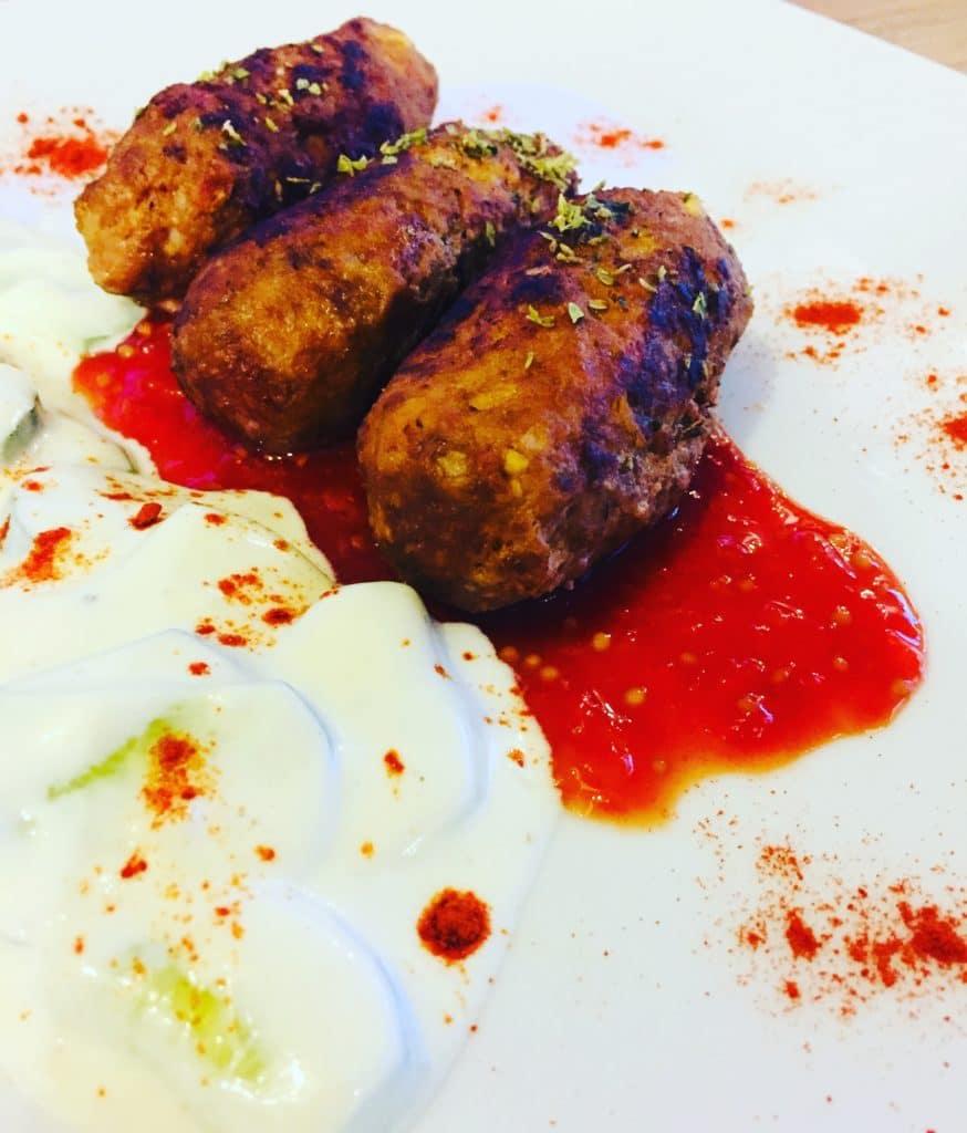 Bifteki mit einem pikanten Paprika - Tomaten - Dipp und dazu Gurken Zaziki schmeckt hervorragend, ist schnell vor-/ und zubereitet.