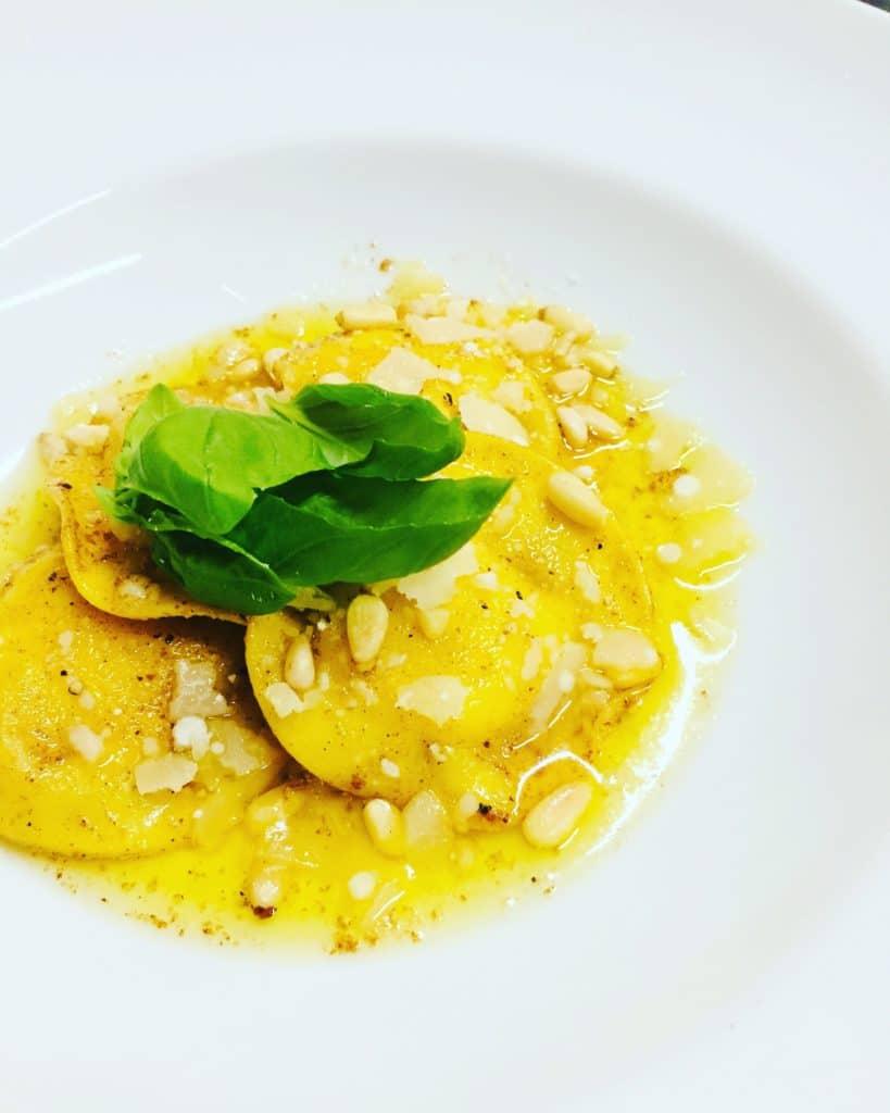 Zitronen Parmesan Soße ist für alle Nudelsorten ein wahrer Genuss. Die Soßenvarainte mit brauner Butter bildet die Basis hierfür.