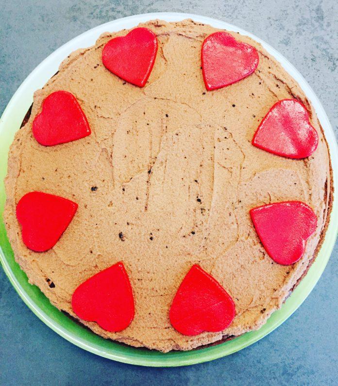 Panamatorte ist eine Symbiose aus Zartbitterschokolade und Nüssen, versteckt im Biskuitteig und der Cremefüllung sowie in der Schokoladensahne.