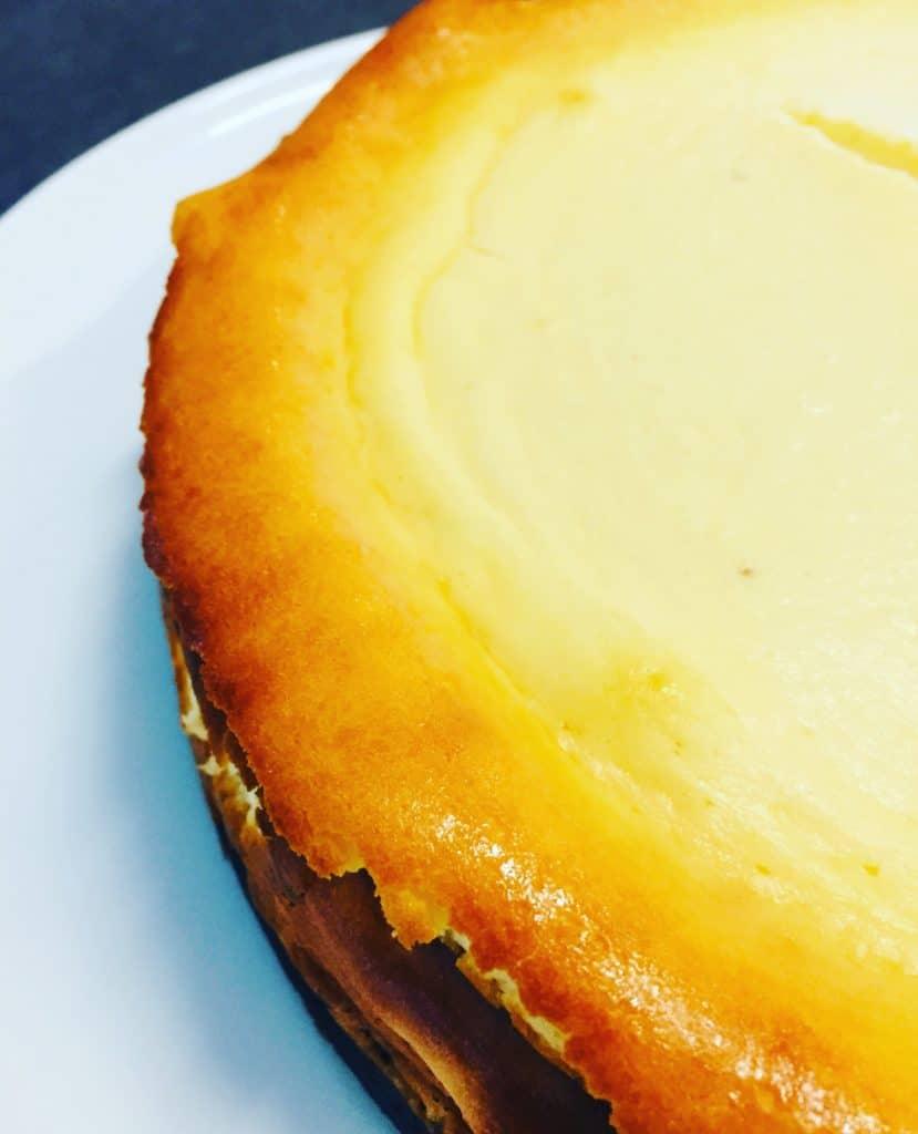 Käsekuchen mit Pumpernickel Boden ist eine herb süße Varainte des altbekannten Klassikers und sehr intensiv im Geschmack.