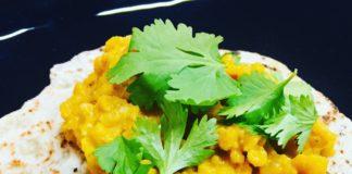 Zum Dal kann Joghurt aber auch Gemüse gereicht werden. Viele essen dies aber auch pur, in Kombination mit Naan oder Chapati Brot.