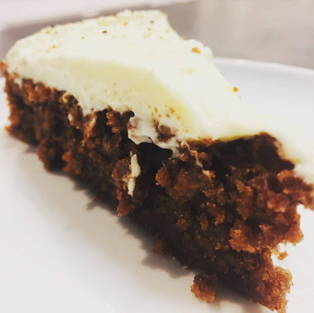 Für mich ein rundum guter Kuchen, vor allem einer, der gut zum Vorbereiten ist und mit dem Topping noch einmal einen ganz neuen Geschmack bekommt.