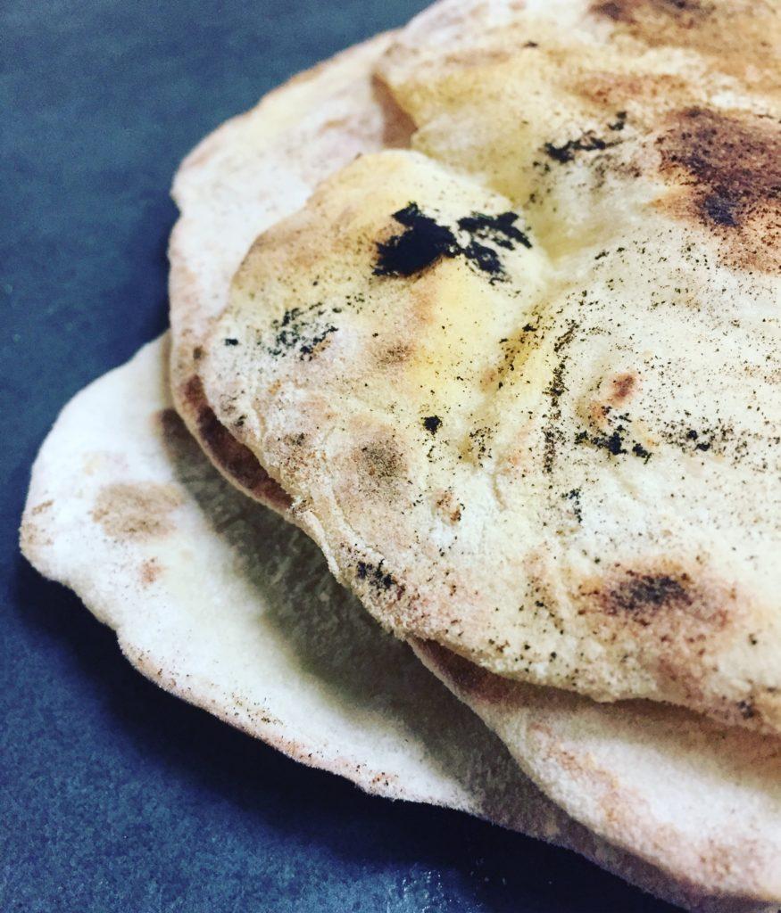 Naan Brot ist das typische Indische Brot, welches zu den meisten Speisen gereicht wird. Der Teig besteht unter anderem aus Joghurt.