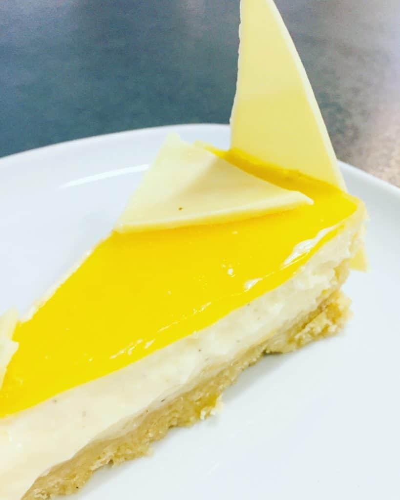 Dieser American Cheesecake mit Passionsfrucht und weißer Schokolade, ist ein wahrer Genuss. Crunch, Cremig und fruchtig in einem, was will man mehr.
