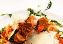 Die Beste Tomatensoße der Welt. Gepimpt mit Merguez Würstchen und etwas Rucola. Eine Basis die unagbar gut und hervorragend geeignet ist, für jede Nudelsoße