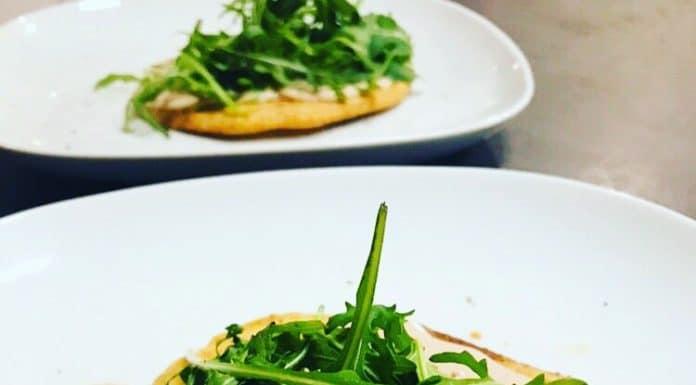 Die Thunfisch Creme ist eine leckere Kleinigkeit, die sich wunderbar zu Crackern und Toast anbietet und ein kleines Schmackofatz ist.